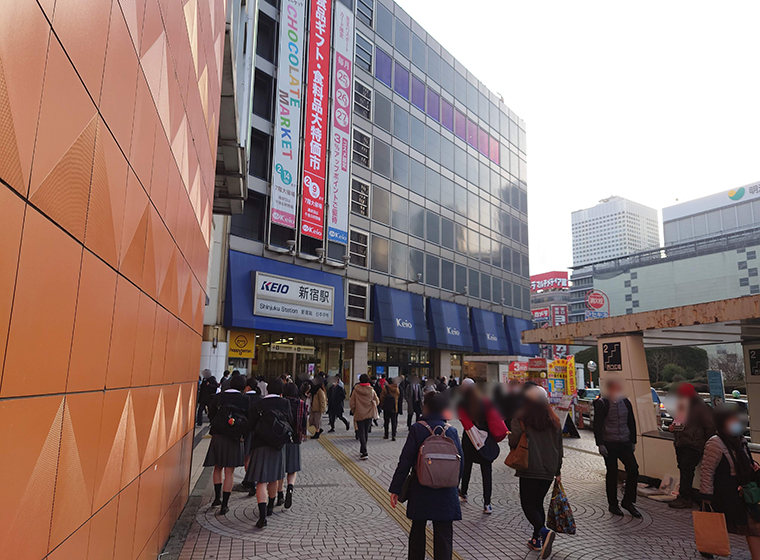 小田急出口を出ると京王百貨店が見える